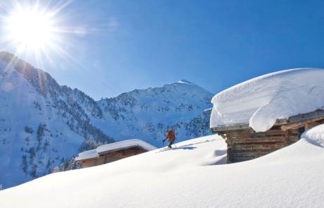 Skifahrer in verschneiter Landschaft beim Winterurlaub Kitzbüheler Alpen