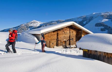 Skitourengeher Luegergraben Kolbentalalm beim Winterwandern Kitzbüheler Alpen