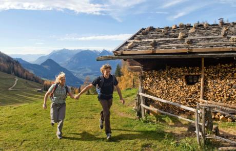 Wanderer Außerhauseralm vom Wanderhotel Tirol