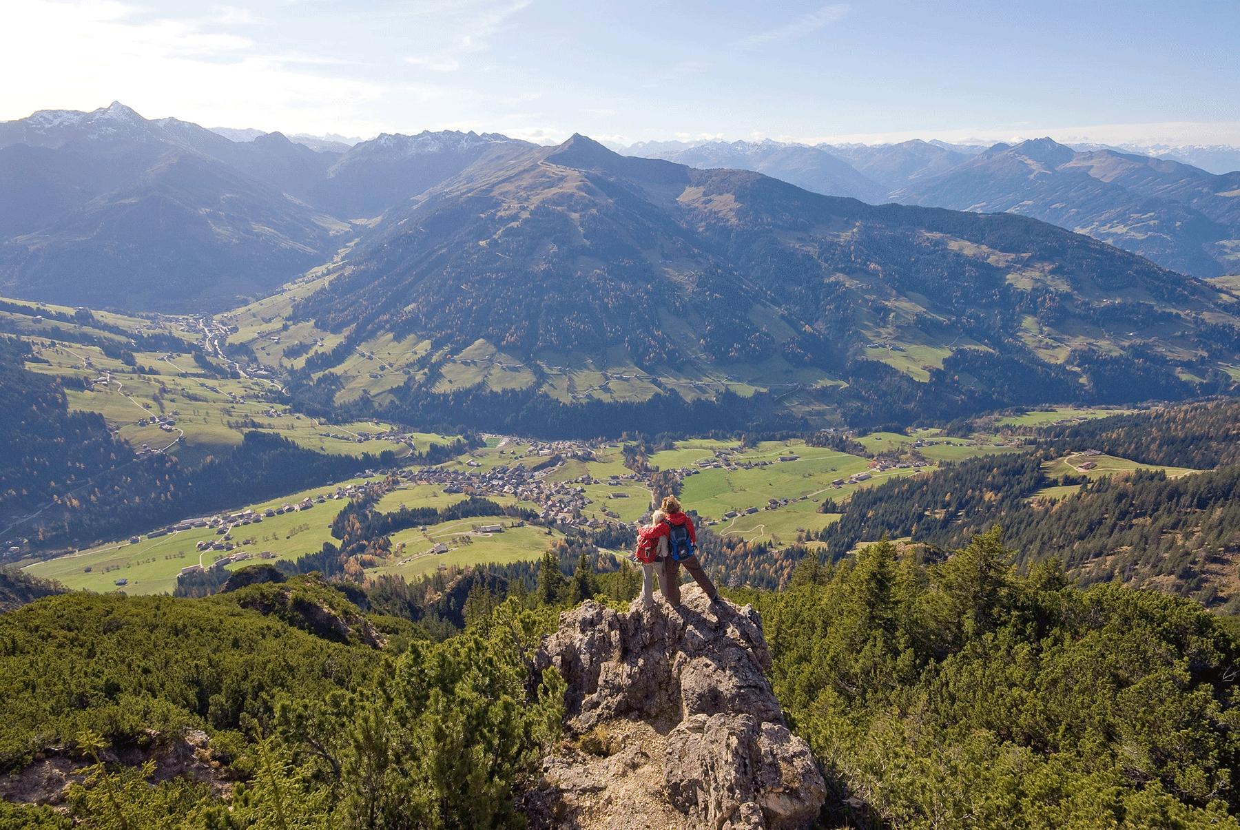 Paar auf dem Gratlspitz mit Aussicht übers Alpbachtal beim Aktivurlaub Alpbachtal