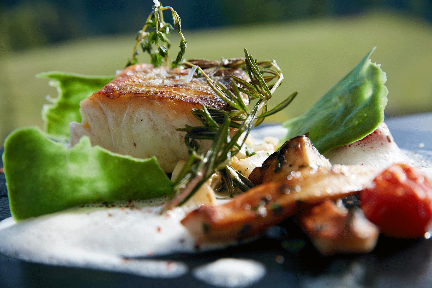 Gourmetmenü Fisch auf Teller im 4 Sterne Hotel Tirol