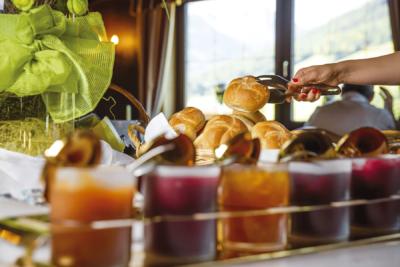 Frühstück Marmeladen und Brötchen im Naturhotel Alpbachtal