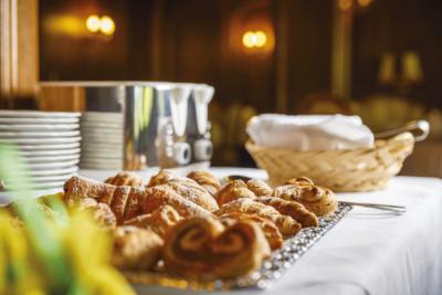 Frühstück süße Teilchen im Hotel Tirol