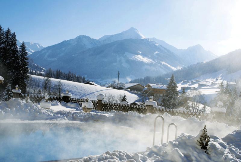 Außenpool Winter mit Panoramablick im Hotel mit Freischwimmbad Alpbachtal