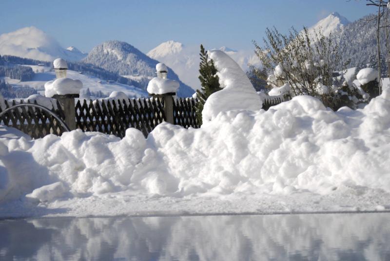 Außenpool Winter schneebedeckt_1 im Wellnesshotel Alpbachtal
