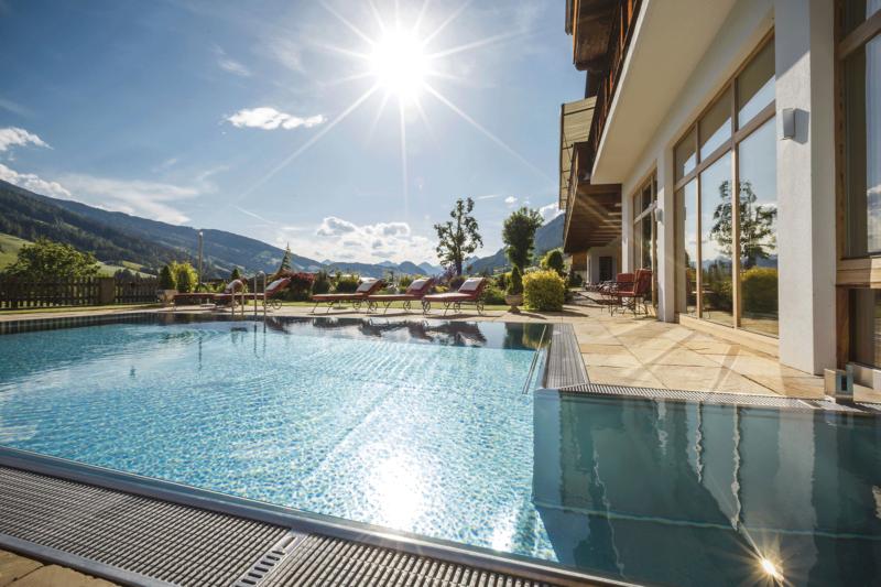 Außenpool strahlender Sonnenschein im Hotel mit Freischwimmbad Alpbachtal