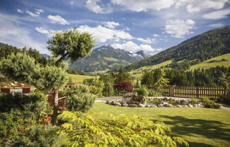 Wellnessgarten mit Panoramablick und Teich im Sommer im Wellnesshotel Kitzbüheler Alpen